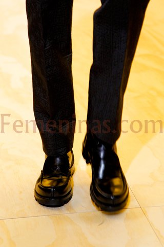 Pantalon texturado en color negro