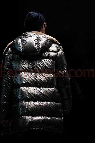 Campera infable en color gris plomo