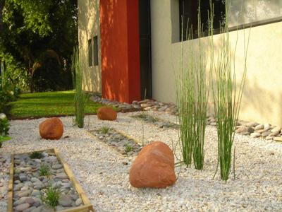 Como armar jardines con bajo mantenimiento for Jardines secos diseno