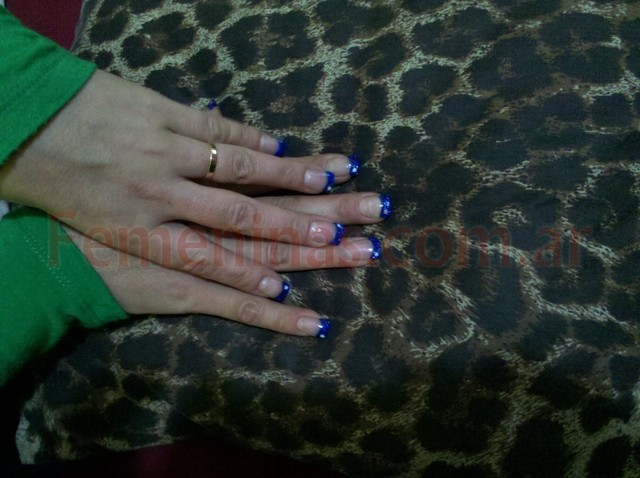 Uñas decoradas con brillo azul