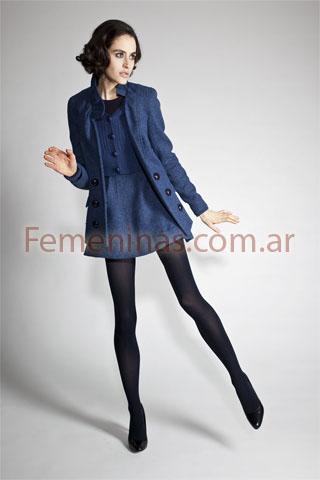 Vestido azul marino con medias grises