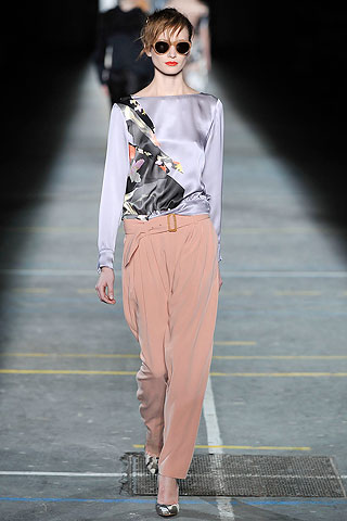 Blusa saten con recortes estampados pantalon rosa Dries Van Noten