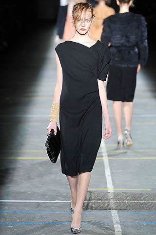 Vestido recto negro escote asimetrico Dries Van Noten