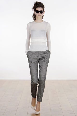 Sweater fino natural pantalon slim gris Rochas