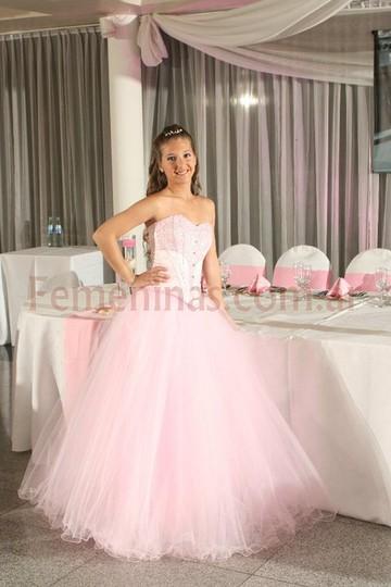 83ee012cb0 El maquillaje de la chica de 15 siempre debe acompañar el estilo de vestido  que se