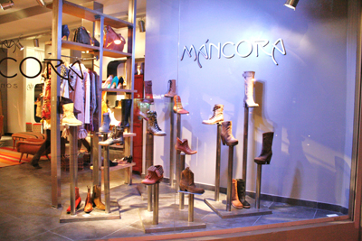 Nuevo local mancora zapatos carteras y accesorios for Decoracion de vidrieras de ropa