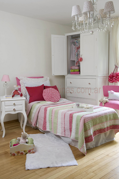 dormitorio de ni a shabby chic ambientado en fucsia y verde. Black Bedroom Furniture Sets. Home Design Ideas