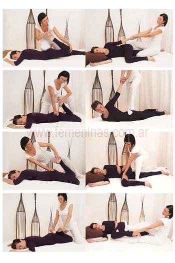 Entrenador que da el masaje del trabajo de la mano