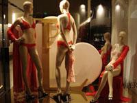 Ltima moda en lenceria femenina en las vidrieras europeas for Decoracion de vidrieras de ropa