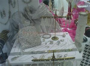 En la Bijou de Carmen encontrarás gran variedad de bijouterie importada desde carteras, aros y pulseras de fiesta, hasta colgantes con piedras.