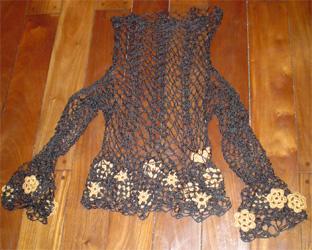 ... calado tejido a crochet en color negro, muy llamativo, con flores