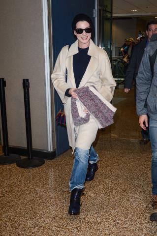 Anne Hathaway saliendo del aeropuerto internacional de Salt Lake City