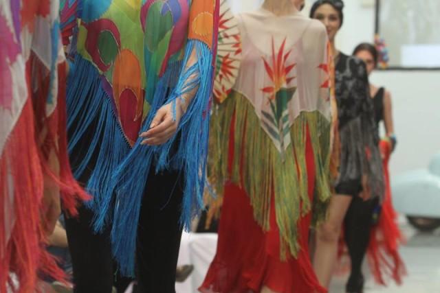 Ponchos de seda natural, la prenda versátil para el verano