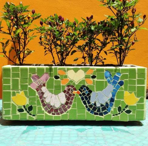 Minihuerta intervenida con mosaico por Grana Trencadis